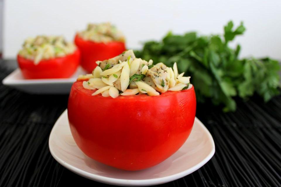 Ντομάτες γεμιστές με φρέσκα λαχανικά και θαλασσινά