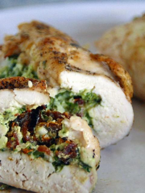 Κοτόπουλο γεμιστό με σπανάκι, πιπεριά Φλωρίνης & φέτα Δωδώνης